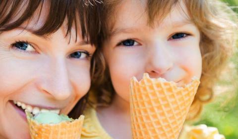 Mom and daughter eating ice cream at a Nashville Family Friendly Event.