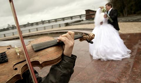 Couple dancing at wedding to live music is Nashville